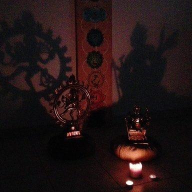 statues éclairées par des bougies
